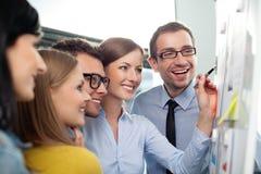 Trabalhos de equipa no escritório imagens de stock royalty free