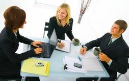 Trabalhos de equipa no escritório Foto de Stock Royalty Free