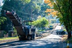 Trabalhos de estrada e resurfacing em andamento ao longo da estrada Pymble ocidental de Yarra fotos de stock