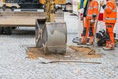 Trabalhos de estrada em pedras de pavimentação em uma zona pedestre, Alemanha fotos de stock