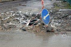 Trabalhos de estrada na estrada com sinal do poço e de estrada Imagens de Stock Royalty Free