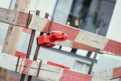 Trabalhos de estrada: sinal e l?mpadas de advert?ncia, cidade urbana imagem de stock