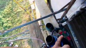 Trabalhos de pintura de construções de madeira em uma altura de seis medidores video estoque