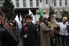 Trabalhos de Timur Olevskii do correspondente do canal de Dozhd Imagens de Stock Royalty Free