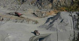 Trabalhos dentro de uma pedreira de mineração, maquinaria pesada em uma pedreira de pedra video estoque