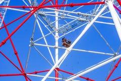 Trabalhos do arranha-céus na torre elétrica contra o céu foto de stock