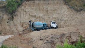 Trabalhos do caminhão do cimento da mistura na pedreira video estoque