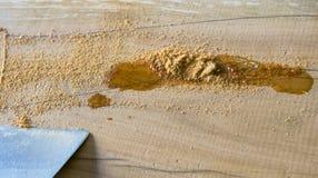 Trabalhos do carpinteiro Fraturas de enchimento na madeira com colagem fotos de stock