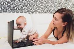 Trabalhos do freelancer da mamã a criança interfere problemas freelancing imagem de stock