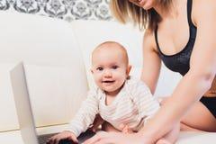Trabalhos do freelancer da mamã a criança interfere problemas freelancing fotos de stock
