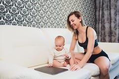 Trabalhos do freelancer da mamã a criança interfere problemas freelancing fotografia de stock