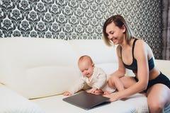 Trabalhos do freelancer da mamã a criança interfere problemas freelancing imagens de stock royalty free