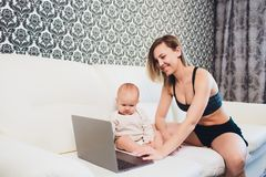 Trabalhos do freelancer da mamã a criança interfere problemas freelancing fotografia de stock royalty free