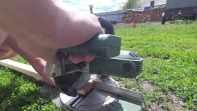 Trabalhos do ofício do homem com ferramentas elétricas fora vídeos de arquivo