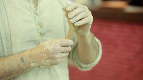 Trabalhos do oleiro Processo da criação da louça na cerâmica na roda de oleiro filme