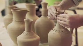 Trabalhos do oleiro Processo da criação da louça na cerâmica na roda de oleiro video estoque
