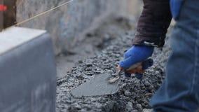 Trabalhos do trabalhador da pá de pedreiro video estoque