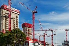 Trabalhos dos guindastes e construção multistorey Imagens de Stock