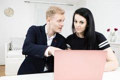 Trabalhos dos superiores com subordinado Homem louro que trabalha com a mulher de cabelo preta foto de stock royalty free