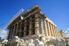 Trabalhos em curso da restauração no Partenon clássico do patrimônio mundial na base de mármore do bloco sobre a acrópole com gui foto de stock royalty free