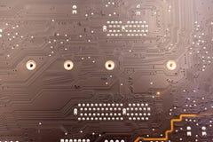 Trabalhos em curso Solda da placa de circuito eletrônico com componentes Placa de circuito do reparo dos coordenadores com ferro  fotos de stock