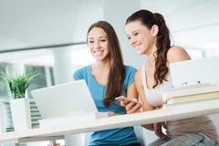 Trabalhos em rede alegres do social das meninas Fotografia de Stock Royalty Free