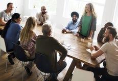 Trabalhos em rede da tabela de reunião que compartilham do conceito fotos de stock