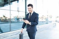 Trabalhos em rede de Texting And Social do homem de negócios em seu Smartphone fotos de stock royalty free
