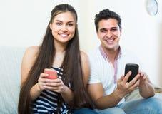 Trabalhos em rede dos pares com telefones celulares Fotos de Stock