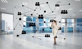 Trabalhos em rede e conceito social de uma comunicação como o ponto eficaz para o negócio moderno fotos de stock royalty free