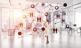 Trabalhos em rede e conceito social de uma comunica??o como o ponto eficaz para o neg?cio moderno foto de stock royalty free