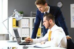 Trabalhos em rede seguros de dois homens de negócios Foto de Stock