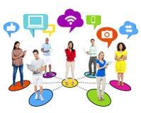 Trabalhos em rede sociais dos povos através da tecnologia moderna Fotografia de Stock Royalty Free