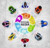 Trabalhos em rede sociais dos povos e conceito social dos meios Fotos de Stock