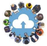 Trabalhos em rede sociais dos povos multi-étnicos com conceitos da nuvem imagens de stock