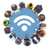 Trabalhos em rede sociais dos povos multi-étnicos com conceitos de WIFI imagem de stock royalty free