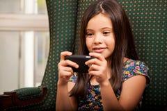 Trabalhos em rede sociais em um telefone celular Fotografia de Stock Royalty Free