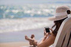 Trabalhos em rede sociais na praia fotos de stock royalty free