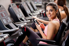 Trabalhos em rede sociais no gym Foto de Stock