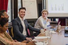 Trabalhos em rede em uma reunião de negócios fotos de stock