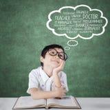Trabalhos futuros de pensamento do estudante da escola primária Fotografia de Stock