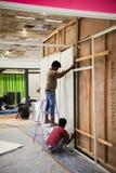 Trabalhos indianos que constroem a tenda da mostra Imagens de Stock