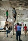 Trabalhos indianos que constroem a tenda da mostra Imagem de Stock