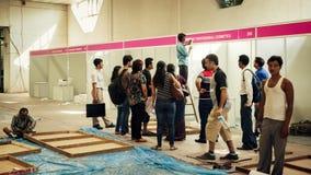 Trabalhos indianos que constroem a tenda da mostra Imagens de Stock Royalty Free