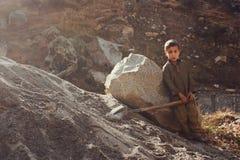 Trabalhos infanteis - a criança está trabalhando no vale do golpe Imagens de Stock