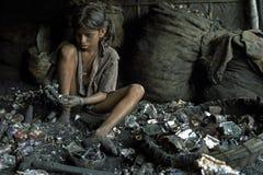 Trabalhos infanteis na reciclagem das baterias, Bangladesh Fotos de Stock Royalty Free