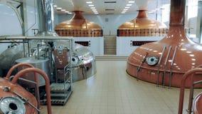 Trabalhos modernos do equipamento em uma planta da fabricação de cerveja, fazendo a cerveja em uns recipientes video estoque