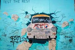 Trabant σπάζοντας τον τοίχο Στοκ Φωτογραφίες