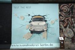 Trabant door de Muur van Berlijn royalty-vrije stock foto