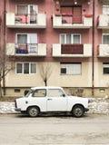 Trabant estacionou na frente dos planos em Satu Mare, Romênia imagens de stock